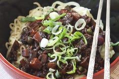 Jajangmyeon - koreanische Pastennudel der schwarzen Bohne Stockbild