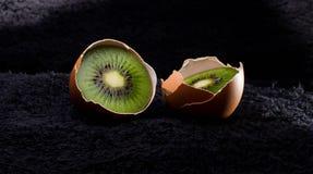 Jajeczna kiwi kaloria, kurczak, pojęcie, pękał, wyśmienicie Obrazy Stock