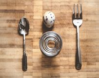 Jajeczna przepiórka, śrubowaty stojak i wyposażenie na pokładzie, Zdjęcia Stock