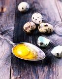 Jajeczna przepiórka z yolk w żelaznej łyżce Zdjęcie Royalty Free