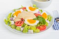 Jajeczna sałatka w talerzu na jedzenie stole obrazy stock