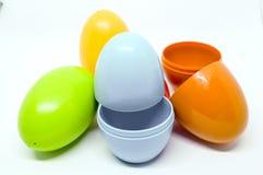 Jajeczne zabawki 2 kawałka i mogą stawiać coś inside obraz stock