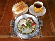 Jajecznego niecki baguette chlebowy herbaciany śniadanie Zdjęcie Stock