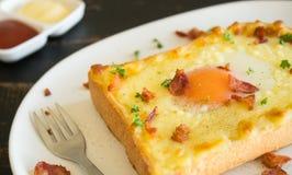 Jajecznego Yolk Bekonowego baleronu Serowa Chlebowa grzanka i kolendery dla śniadanie prawicy fotografia stock