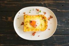 Jajecznego Yolk Bekonowego baleronu Serowa Chlebowa grzanka i kolendery dla Śniadaniowego Flatlay centrum 2 zdjęcie royalty free