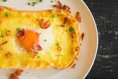 Jajecznego Yolk Bekonowego baleronu Serowa Chlebowa grzanka i kolendery dla Śniadaniowej Flatlay połówki 3 obrazy stock