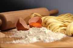 Jajeczni i domowej roboty kluski na drewnianym stole Obraz Royalty Free