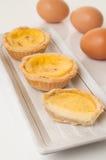 Jajeczni tarts słuzyć w ceramicznym talerzu. Obrazy Royalty Free