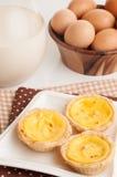 Jajeczni tarts słuzyć w ceramicznym talerzu. Zdjęcia Royalty Free