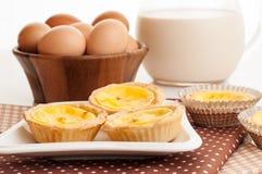 Jajeczni tarts słuzyć w ceramicznym talerzu. Fotografia Royalty Free