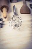 Jajeczny śmignięcie i piec narzędzia na drewnianym tle, zamyka up Obraz Royalty Free