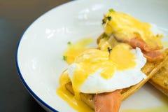 Jajeczny Benedykt z uwędzonym łososiem i świeżym Hollandaise kumberlandem Fotografia Royalty Free