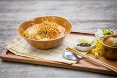 Jajeczny kluski w kurczaka curry'ego Tajlandzkim jedzeniu, Khao Soja Zdjęcie Stock