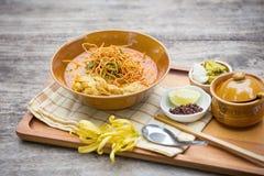Jajeczny kluski w kurczaka curry'ego Tajlandzkim jedzeniu, Khao Soja Zdjęcia Royalty Free