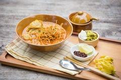 Jajeczny kluski w kurczaka curry'ego Tajlandzkim jedzeniu, Khao Soja Obrazy Royalty Free