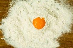 Jajeczny yolk na stosie mąka Fotografia Stock