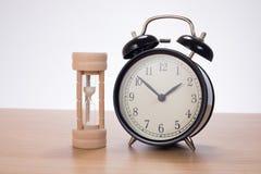 Jajeczny zegar i budzik na drewnianym stole zdjęcia stock