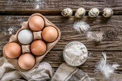 Jajek, mąki i przepiórki jajka, Składniki dla kucharstwa Drewniany Tabl Zdjęcia Stock