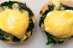Jajka Benedict lub jajka florentine na białym talerzu Fotografia Royalty Free