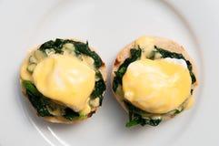 Jajka Benedict lub jajka florentine na białym talerzu Zdjęcia Royalty Free