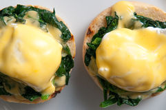 Jajka Benedict lub jajka florentine na białym talerzu Zdjęcie Stock