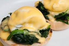 Jajka Benedict lub jajka florentine na białym talerzu Obraz Stock