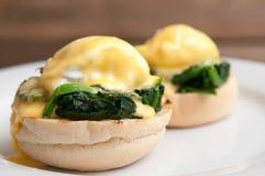 Jajka Benedict lub jajka florentine na białym talerzu w kawiarni Zdjęcia Stock