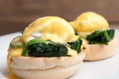 Jajka Benedict lub jajka florentine na białym talerzu w kawiarni Obraz Royalty Free