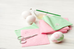 Jajka, biały tło, stół, pakuje dla jajek, zakończenie, cylin Obraz Stock