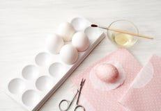 Jajka, biały tło, stół, pakuje dla jajek, zakończenie, cylin Obrazy Royalty Free