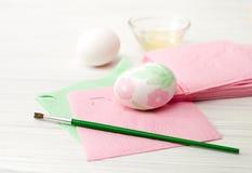 Jajka, biały tło, stół, pakuje dla jajek, zakończenie, cylin Zdjęcie Stock