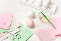 Jajka, biały tło, stół, pakuje dla jajek, zakończenie, cylin Zdjęcia Royalty Free