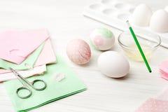 Jajka, biały tło, stół, pakuje dla jajek, zakończenie, cylin Obrazy Stock
