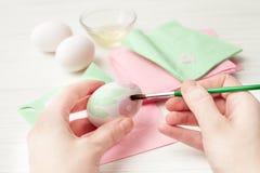 Jajka, biały tło, stół, pakuje dla jajek, zakończenie, cylin Zdjęcie Royalty Free