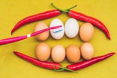 Jajka i czerwony pieprz w postaci usta z zębami Biali jajka są bielącymi zębami Żółci jajka przed bielić - Zęby bieleją Zdjęcie Royalty Free
