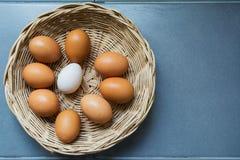 Jajka i kaczek jajka w koszu Zdjęcia Stock