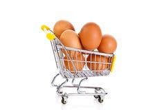 Jajka i zakupy trolly isolatedon bielu tło zdjęcie royalty free