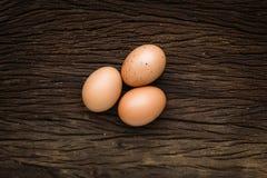 Jajka kłaść na drewnianej podłoga Obrazy Stock