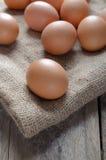 Jajka kłaść na tkaninie Zdjęcia Stock