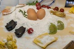 Jajka, mąka i Świeżo Przygotowany Włoski makaron, zdjęcia stock