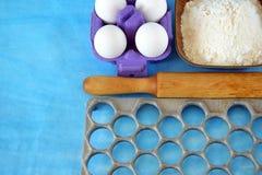 Jajka, mąka i kuchni naczynia dla gotować domowej roboty kluchy, Fotografia Royalty Free