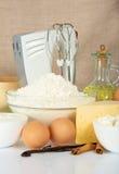 Jajka, mąka, pikantność i melanżer, zdjęcia stock