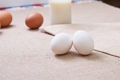 Jajka na bieliźnianym tablecloth household zdjęcie royalty free