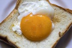 Jajka na chlebie są w białym talerzu obraz stock