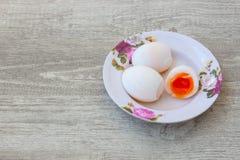 Jajka na drewnianym tle zdjęcia royalty free