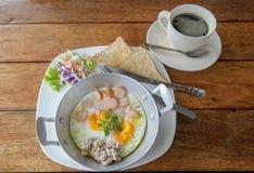 Jajka na niecce dla śniadania i czarnej kawy Fotografia Royalty Free