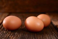 Jajka na stary drewnianym Zdjęcie Royalty Free