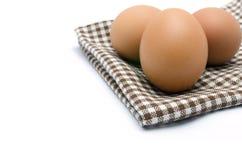 Jajka na tablecloth, odizolowywającym Zdjęcia Royalty Free