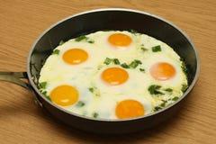 Jajka nad łatwym na niecce Obrazy Royalty Free