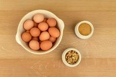 Jajka, orzechy włoscy, Organicznie cukier, cynamon, w Błękitnych i bielu pucharach obrazy stock